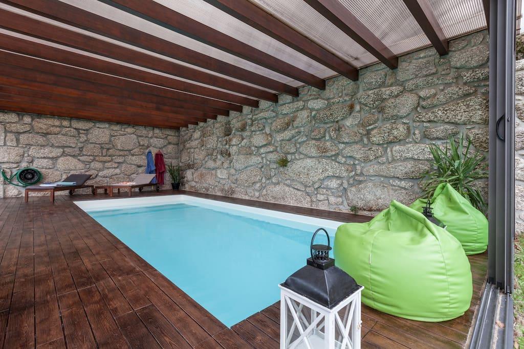 Casa con piscina interior no te pierdas esta vivienda de dos plantas con piscina cubierta casa - Casas con piscina interior ...